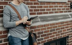 standing man in gray crew-neck long-sleeved shirt leaning on brown bricked wall Marketing And Advertising, Business Marketing, Business Tips, Digital Marketing, Online Gratis, Study Tips, Boss Lady, Book Design, Good To Know