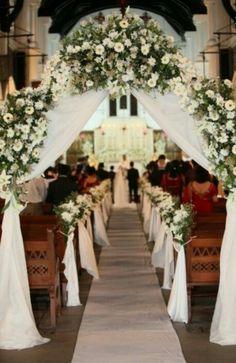 Arco de flores y tela en la entrada de la capilla
