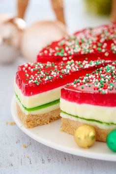 This really is the BEST CHRISTMAS JELLY CAKE ever… with 5 pretty layers that make it the perfect no-bake Christmas dessert! Just like a traditional jelly slice… but with a Christmas makeover! #nobake #christmas #dessert #easy #jeelyslice #jelly #jellycake #thermomix #conventional #best #kidsrecipes #kids