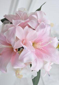 ユリの一種カサブランカ。華麗でゴージャスな花。それでいて純粋な印象をあたえます。 花言葉のとおり、結婚の神聖さを印象付ける純白&大輪の花姿は、女王の風格。。ど...|ハンドメイド、手作り、手仕事品の通販・販売・購入ならCreema。