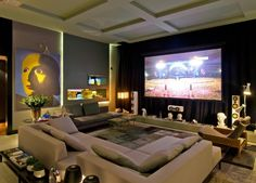 The decoration of home theaters in small or large environments can be made with lots of creativity and good taste. The decoration is an art that should be Salas Home Theater, Home Theater Setup, At Home Movie Theater, Home Theater Seating, Home Theater Design, Home Interior Design, Home Entertainment, Home Theaters, Home Cinema Room