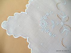 Articles vendus > Linge ancien de bébé > LINGE ANCIEN/Charmant dessus de berceau festonné avec fine broderie blanche faite main - Linge ancien - Passion-de-Blanc - Textiles anciens