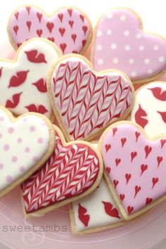 This year I decided to keep things simple with my Valentine's Day cookies. I used only flood consistency royal icing?and a round decorating tip This is unlike my Valentine's Day cookies from past years, which have involved many icing consistencie Cookies Cupcake, Iced Cookies, Royal Icing Cookies, Cookies Et Biscuits, Sugar Cookies, Lemon Biscuits, Cookie Icing, Valentines Day Cookies, Diy Valentine