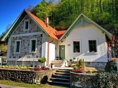 House Goals, Traditional House, Mansions, House Styles, Home Decor, Cabins, Wonderland, Homes, Ideas