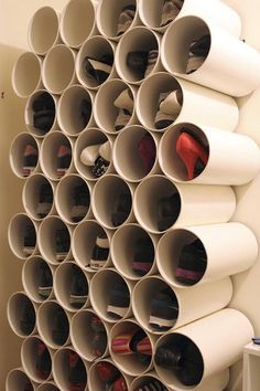 Canos de PVC como sapateira. Prática e decorativa.