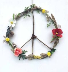 Boho Hippie Wildflowers + Feathers Wooden Peace Sign Wreath---- Well we used natural found elements to create a Remembrance Day wreath. I added tissue paper poppies and no peace sign. Hippie Peace, Hippie Boho, Bohemian, Do It Yourself Baby, Diy And Crafts, Arts And Crafts, Boho Diy, Peace And Love, Diy Home Decor
