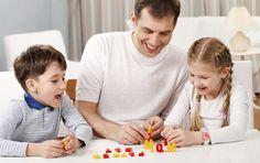 Възпитание чрез игри  Когато сме изтощениили на края на възможностите си, често мислим, че игратае поредното задължение, което ще изцеди силите ни. Алащом се заиграем с децата, изведнъж откриваме, че имамеенергия – както за веселба, така и за творчески решения внапечени ситуации. Много родители ми казват, че не могат да се правят наклоуни като мен. Не съм сигурен как да възприемам това– като комплимент или като обида. Както и да е – и в дватаслучая става въпрос за практика. Против