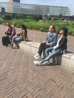 Reizigers rondom Station Sloterdijk genieten van zomers weer (gaat om de linker twee mensen) Valysia en Brigida