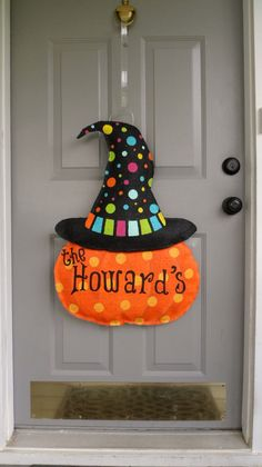 Pumpkin with Halloween Hat Burlap door hanger Halloween Door Hangers, Fall Door Hangers, Burlap Door Hangers, Wall Hanger, Manualidades Halloween, Adornos Halloween, Burlap Projects, Burlap Crafts, Casa Halloween