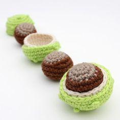 Kastanjes mogen niet ontbreken bij de herfsthaaksels. Mijn ouders hadden een grote kastanjeboom in de tuin. Vanuit mijn slaapkamerraam kon i... Crochet Fruit, Crochet Fall, Diy Crochet, Crochet Toys, Crochet Butterfly, Crochet Flowers, Crochet Animal Patterns, Amigurumi Patterns, Crochet Decoration