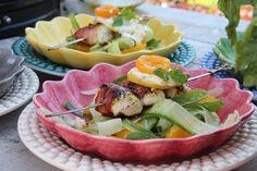 Spiesen van tarbot en spek met een frisse salade