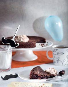 Helppo mutakakku tehdään kaakaosta. Ainekset vain sekoitetaan keskenään. Kakku on parhaimmillaan uunituoreena.