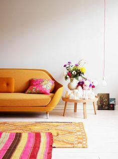 wohnzimmer teppiche oranges sofa
