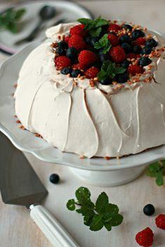 Pavlova Clássica - Basta Cheio Bolo Pavlova, Mini Pavlova, Sweet Recipes, Cake Recipes, Confort Food, Strawberry Cakes, Cupcakes, Pretty Cakes, Cake Designs