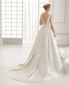 DELICADO traje de novia en piqué de seda con adorno de pedrería.