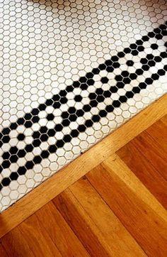 お花の模様のような貼り方のタイル。貼り方を工夫するだけでシンプルにかわいい床や壁をつくりだせますね。