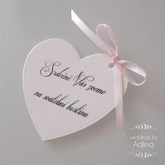 pozvánka ke svatebnímu stolu - srdcová se stuhou zvací kartička z bílého kartonu o velikosti cca 6x7 cm... dozdobeno saténovou stužkou... cena za kus, textové úpravy v ceně