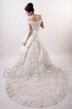 I absolutely love this dress. Not my wedding style, but definitely a dream dress.