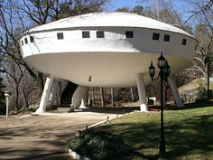 Most Bizarre Houses around the world The Spaceship House, a weird house in Chattanooga (TN, USA). I've seen this one several times.The Spaceship House, a weird house in Chattanooga (TN, USA). I've seen this one several times. Ufo, Crazy Houses, Weird Houses, Small Houses, Modernisme, Unusual Buildings, Unique House Design, Strange Places, Unusual Homes