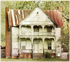 Country ~ Abandoned ~ This old house still stands Hwy 11 in Tenn. Abandoned Buildings, Old Abandoned Houses, Abandoned Mansions, Old Buildings, Abandoned Places, Abandoned Plantations, Abandoned Castles, Old Farm Houses, Haunted Places