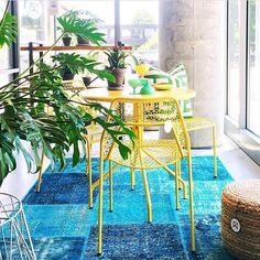 Summer vibes still strong. Hot Mesh Chairs and Table.  Photo by @mpettipoole…