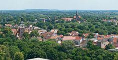 Brandenburg (Brandenburg): Brandenburg an der Havel ist eine kreisfreie Stadt und eines der vier Oberzentren im Land Brandenburg (Deutschland). Sie ist eine Mittelstadt und gemessen an der Einwohnerzahl die drittgrößte und an der Fläche die größte kreisfreie Stadt im Land Brandenburg. Der Ort hat eine mehr als tausendjährige Geschichte. Erstmals erwähnt wurde er 928 beziehungsweise 929. In einer Urkunde aus dem Jahr 1170 wurde Brandenburg erstmals als deutschrechtliche Stadt erwähnt.