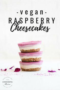 Raw vegan raspberry cheesecakes – Choosingchia These vegan raspberry cheesecakes are a healthy no-bake, fully raw dessert that you'll LOVE! They're also gluten-free and refined-sugar free! Desserts Crus, Raw Vegan Desserts, Vegan Dessert Recipes, Vegan Treats, Gluten Free Desserts, Raw Food Recipes, Sweet Recipes, Delicious Desserts, Baking Recipes