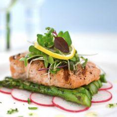 Pruebe este exquisito plato de salmón con espárragos en el horno. La presentación es muy sencilla pero digna de un restaurante con una estrella Michelin. El salmón es jugoso y los espárragos con excelente textura.