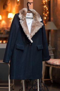 #abrigo azul oscuro en #nelybelula