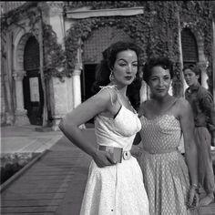 Posando para la foto con ceja levantada y vestido dominguero, María Félix