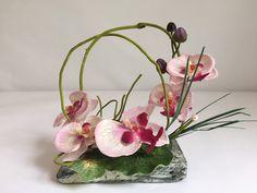 Pierre décorative avec orchidée rose pour columbarium