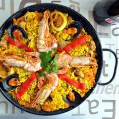 Paella recipe, the world-known Spanish Tapas dish. Discover how to cook the authentic Spanish Paella Spanish Cuisine, Spanish Dishes, Spanish Food, Spanish Menu, Tapas Recipes, Seafood Recipes, Cooking Recipes, Tapas Ideas, Party Recipes