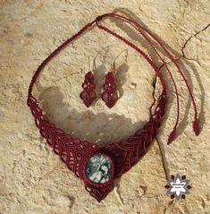 macramotiv.com Micro-macrame knotted jewellery set with moss-agate cabochon. Csomózott makramé ékszerszett szodalit ásvánnyal. Meska boltom: https://www.meska.hu/Shop/index/17554