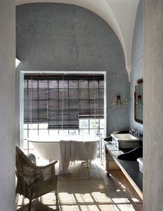 reforma baño con bañera exenta clásica frente a ventana, lavabos de diseño sobre mueble reutilizado, suelo parquet, paredes de estuco. presupuestON.com