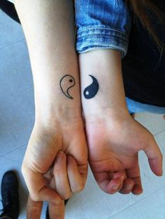 ying-yang-poignet-tattoo-pour-mieux-amis