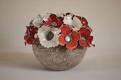 Ručne modelovaný a glazovaný svietnik, červenou , oranžovou a perleťovo bielou glazurou v kombinácii s naturálnym vzhľadom v dolnej časti svietnika....
