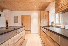 Eine edle Schreinerküche wie sie im Buche steht. Die Küche, die Decke, der Boden und die Türe 100% aufeinander abgestimmt. Die musst Du Dir ansehen.