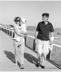 JFK with Jackie and daughter Caroline Les Kennedy, John Kennedy Jr, Jfk Jr, Jackie Kennedy Style, Caroline Kennedy, Jacqueline Kennedy Onassis, Sweet Caroline, Jack Johns, John Junior