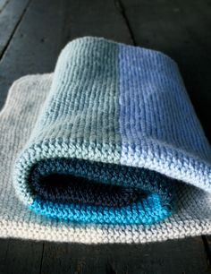 Simple striped knitted blanket free pattern.