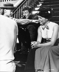 Julie Andrews, Dick Van Dyke, Karen Dotrice and Matthew Garber on break Mary Poppins Mary Poppins Musical, Mary Poppins 1964, Julie Andrews Mary Poppins, Mary Poppins And Bert, Matthew Garber, Iconic Movies, Old Movies, Classic Movies, Vintage Movies
