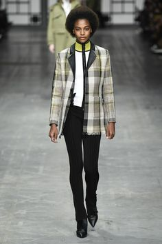 The complete Trussardi Fall 2018 Ready-to-Wear fashion show now on Vogue Runway. Catwalk Collection, Fashion Show Collection, Office Fashion Women, Womens Fashion For Work, Ladies Fashion, Jordan Sweeto, Backstage, Oriental Fashion, Fashion 2018