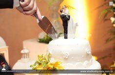 Cores neutras no bolo de casamento não são sinônimo de simplicidade. Confira o topo de bolo A56!  www.noivinhostopodebolo.com