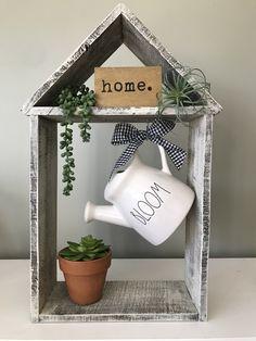handmade home decor Superb Spring Home Decor Ideas With Farmhouse Style To Try Asap Handmade Home Decor, Diy Home Decor, Wood Crafts, Diy And Crafts, Diy Casa, Creation Deco, Country Farmhouse Decor, Modern Farmhouse, Farmhouse Ideas