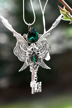 aurasunflower:    Dragon Lord Key Necklace by *Keyperscove  its an epic dragon key, me gusta