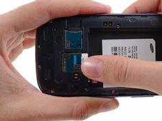 Schritt 9 -       Verwenden Sie Ihren Daumen, um die SIM-Karte so weit wie möglich aus dem Steckplatz auszuziehen, damit Sie sie greifen können.      Greifen Sie die Karte und entfernen Sie sie aus dem Telefon.