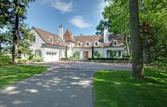 Sunday real estate daydreaming: Stunning Oakville Estate overlooking the water. Toronto Houses, Toronto Condo, Real Estate Book, Luxury Real Estate, Expensive Houses For Sale, Mansions For Sale, New Condo, Amazing Architecture, Traditional House
