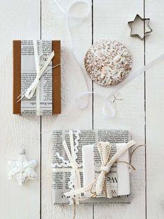 Adornos navideños de papel de periódico