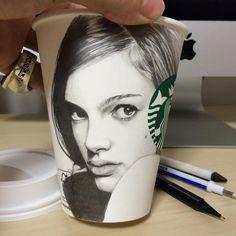"KRSWKUT (@krswkut) no Instagram: ""☕️✏️ 平面ではないカップは非常に描きにくく難しかったです #natalieportman#ナタリーポートマン #starbucks#スターバックス#スタバ"""