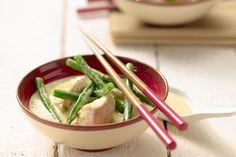 Een lekker pittige, maar romige curry van kip. Heerlijk gekruid met verse koriander en limoenblaadjes. Dit Aziatische gerecht zet je snel en makkelijk...