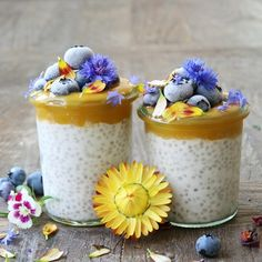 This glutenfree and vegan Coconut Chia Parfait is a recreation of the Chia Pudding you can eat at Pret A Manger, all fluffy and yummy. Clean Eating Recipes, Raw Food Recipes, Dessert Recipes, Desserts, Parfait, Acai Smoothie, Smoothies, Smoothie Bowl, Chia Recipe